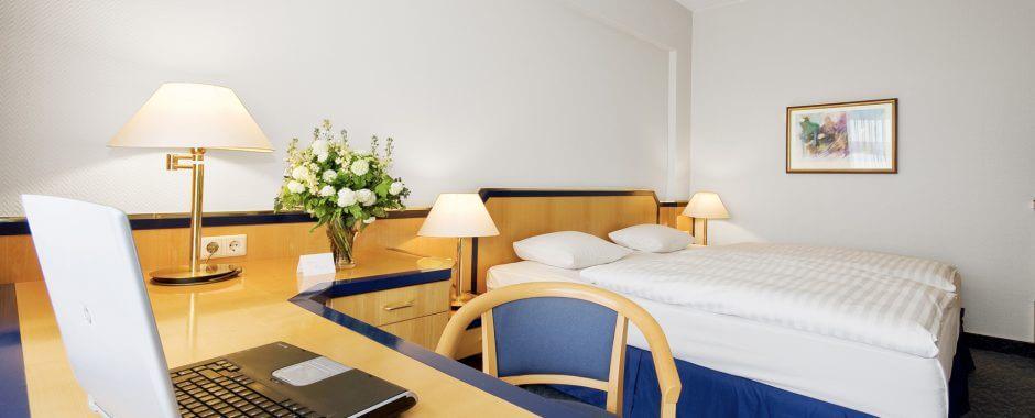 22 Quadratmeter Wohnfläche bieten die Standart Zimmer im Holiday Inn Hamburg.