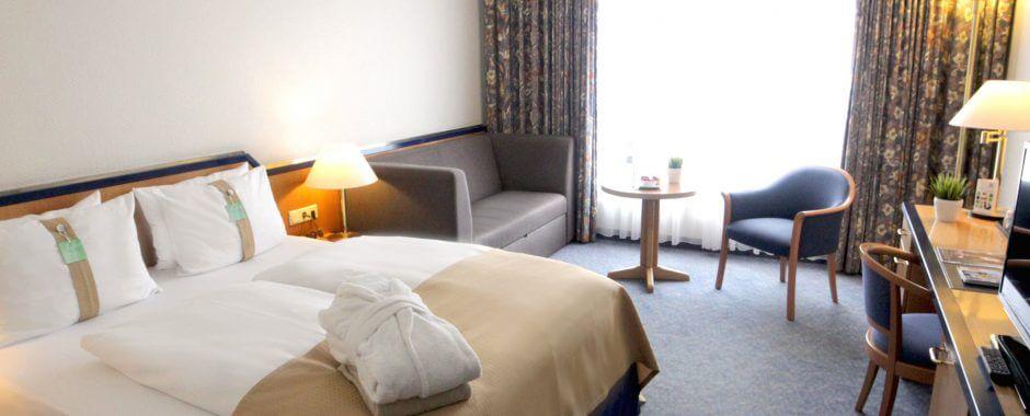 Standard Plus Zimmer im Holiday Inn Hamburg mit großzügigem Bad und Klimaanlage.