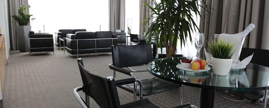 Großzügige Suiten in den oberen Etagen des Hotels Holiday Inn Hamburg