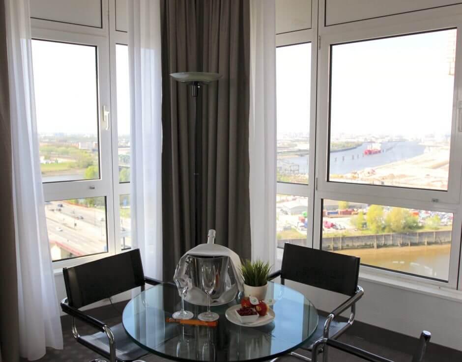 Suiten Angebot im Holiday Inn Hamburg, mit atemberaubenden Panoramablick über die Hansestadt.