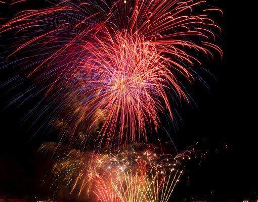 Feuerwerk auf der Binnenalster in Hamburg. Feiern Sie Silvester im Holiday Inn Hamburg.