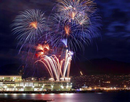 Hafengeburtstag Hamburg - Feuerwerk über der Elbe